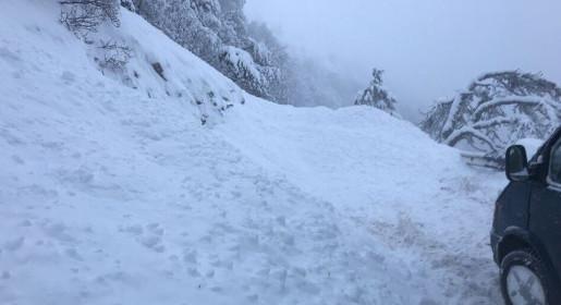 Сотни автомобилистов оказались заблокированными на плато Ай-Петри после схода лавины