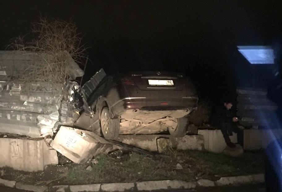 «Лихой» Nissan протаранил строительный забор в Севастополе (фото)