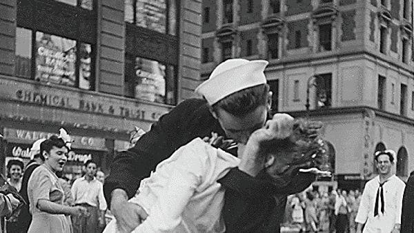Умер герой легендарного снимка со дня окончания Второй мировой