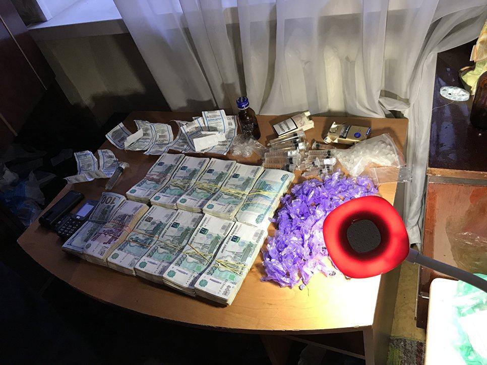 Наркотики и миллионы рублей: ФСБ задержала в Крыму лидера ОПГ