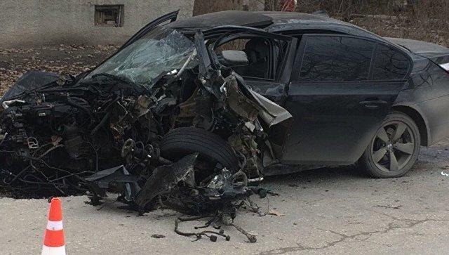 В крымском селе BMW разлетелась на части от столкновения с деревом