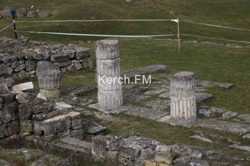 Колонны с раскопок древнего Пантикапея в Крыму не рухнули, они на реставрации