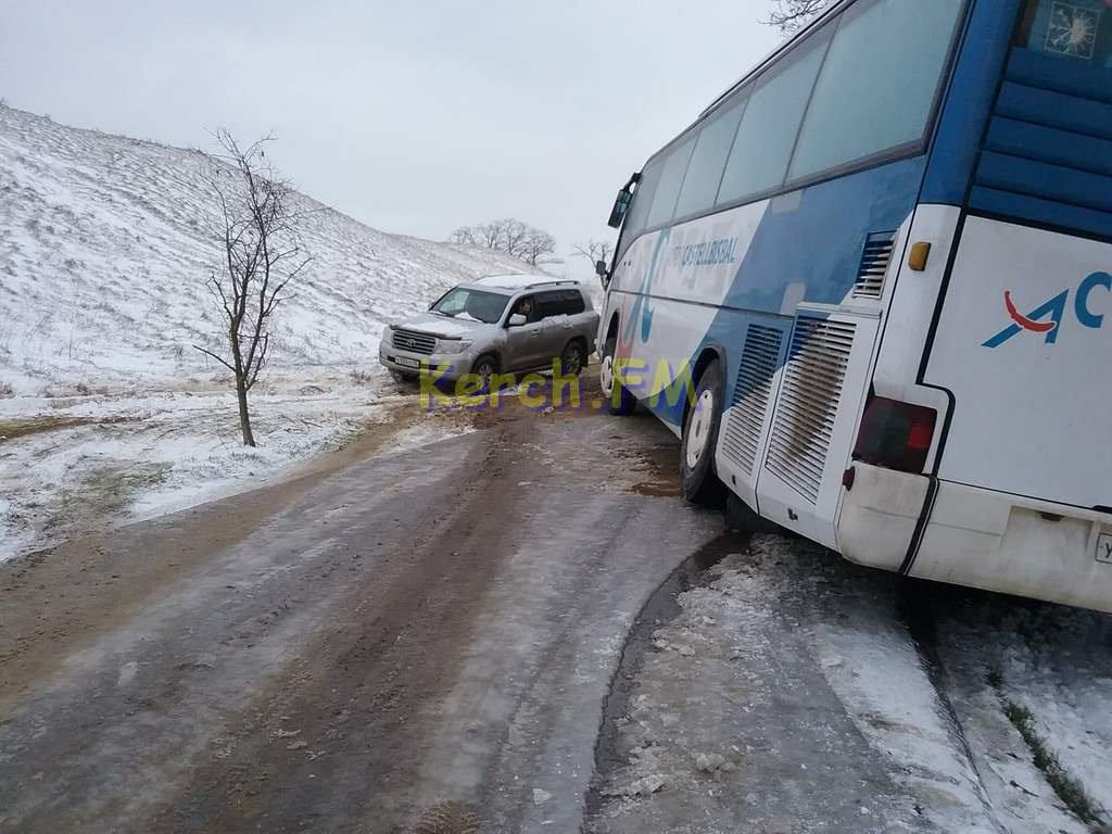 В Керчи экскурсионный автобус не смог заехать на гору из-за гололеда и парализовал движение