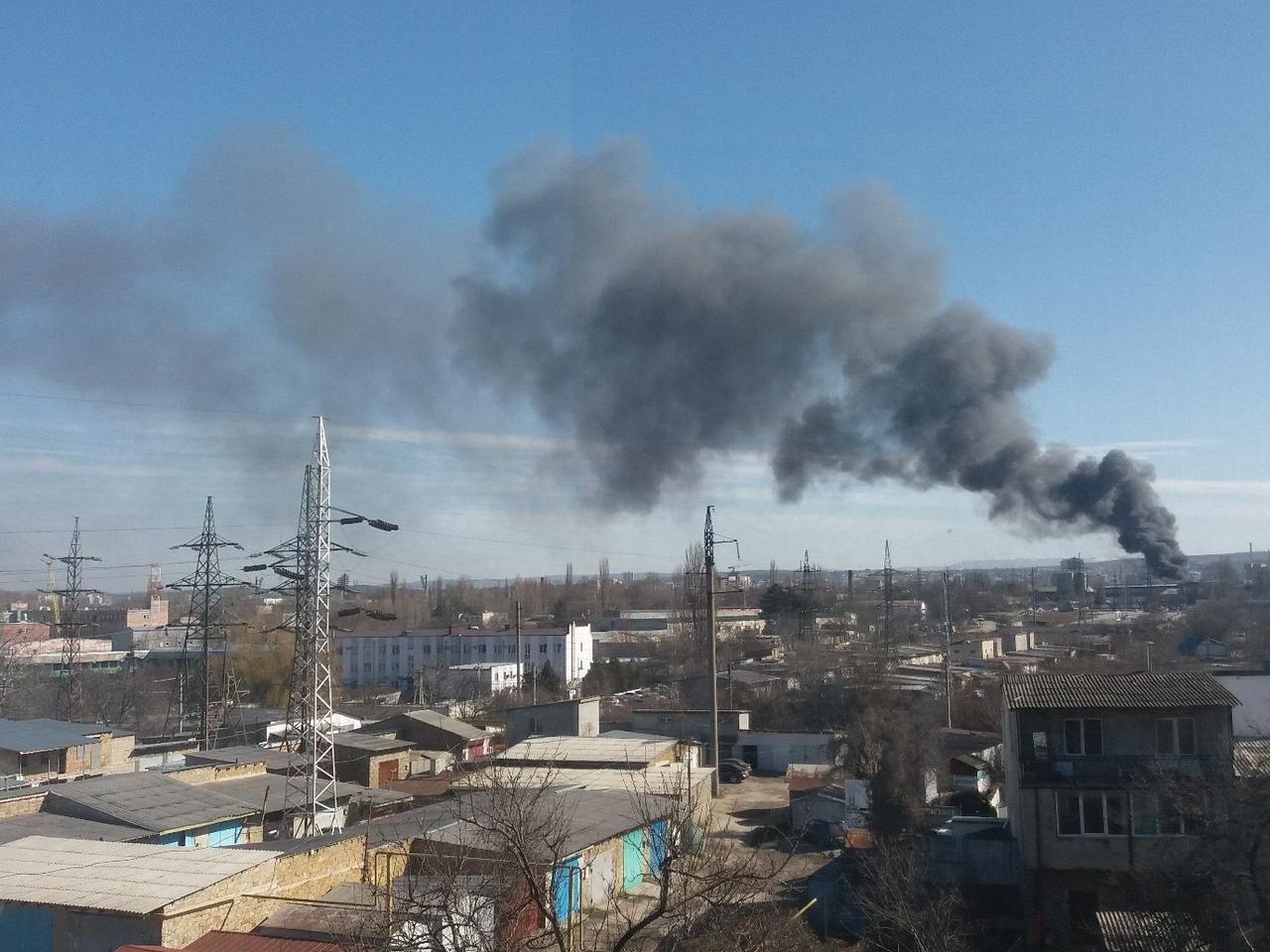 Симферопольцы делятся снимками крупного пожара на заводе пластмасс