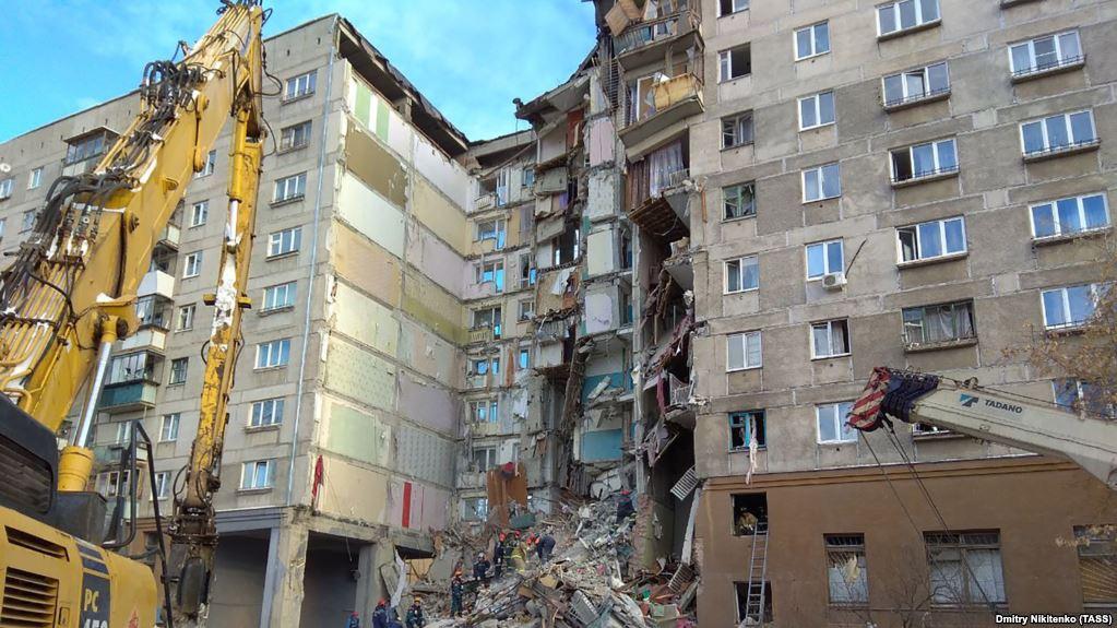 Обрушившийся из-за взрыва дом в Магнитогорске загорелся
