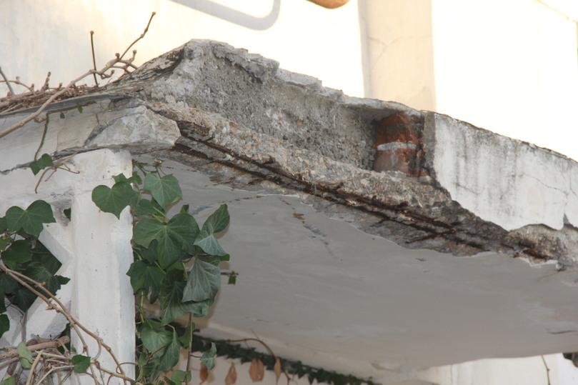 В Балаклаве обвалился аварийный козырек многоэтажки