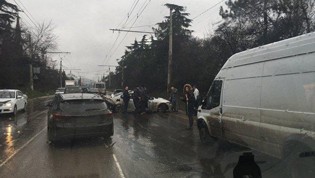 Тройное ДТП на крымской трассе вызвало пробки в районе Алушты