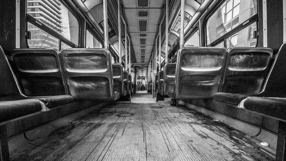 Российская пенсионерка обругала девочку в автобусе и сломала ей руку