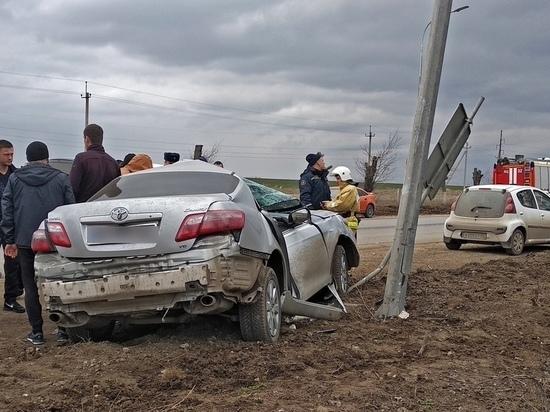 В Крыму иномарка на скорости снесла знак и врезалась в столб