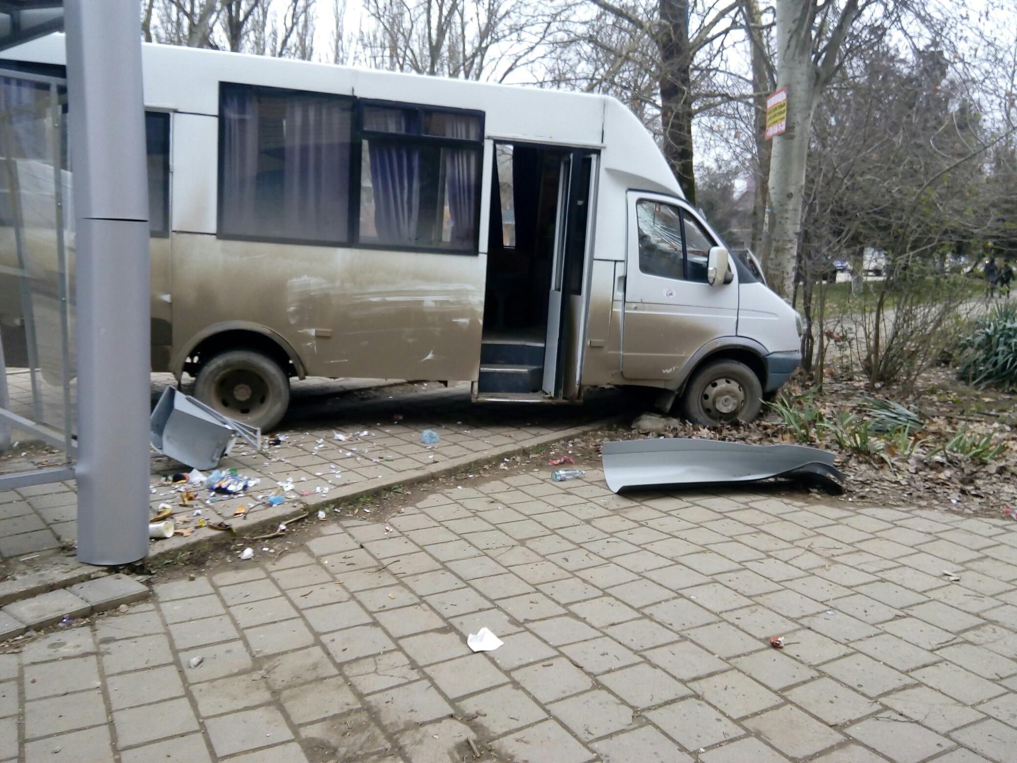 В Крыму маршрутка разбила остановку
