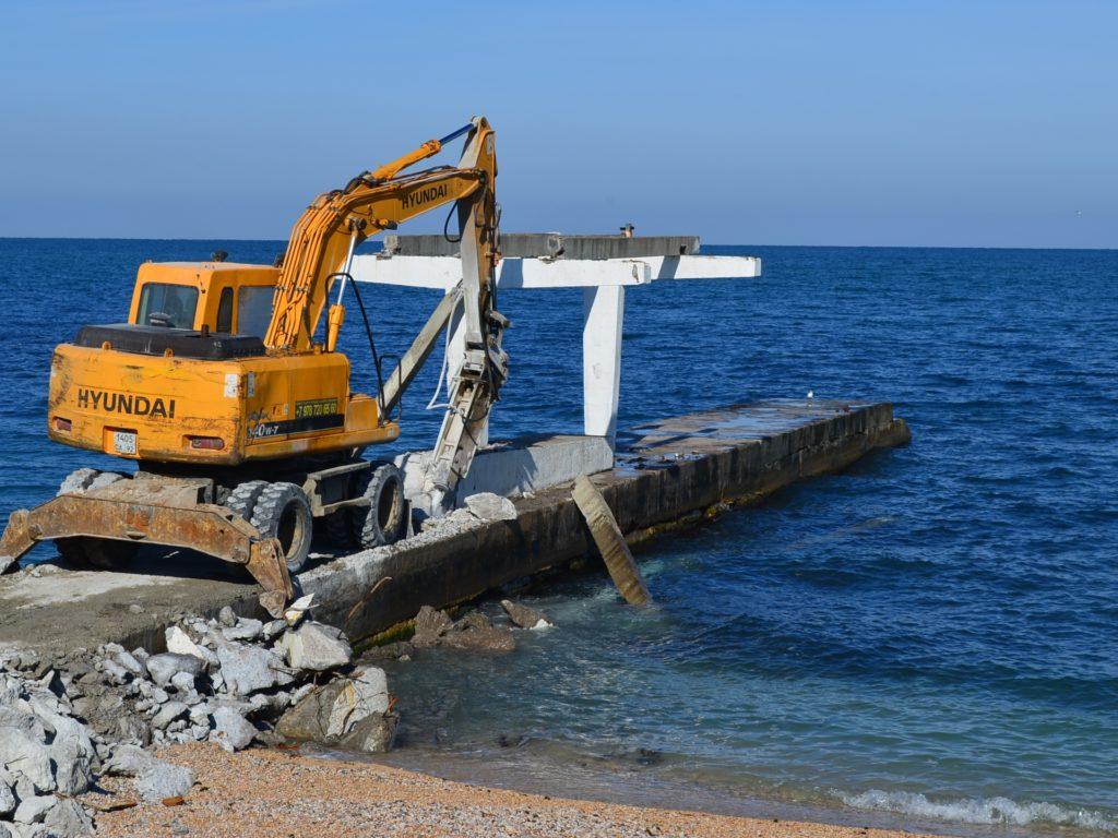 На пляже Парка Победы демонтируют аварийные пирсы