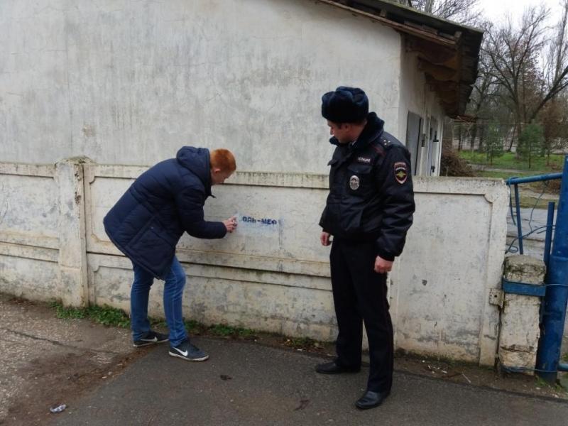 В Севастополе полиция и общественники поборолись с рекламой наркотиков