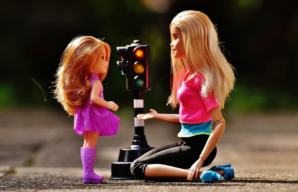 В продаже появятся новые инклюзивные Барби — с протезом и в инвалидной коляске