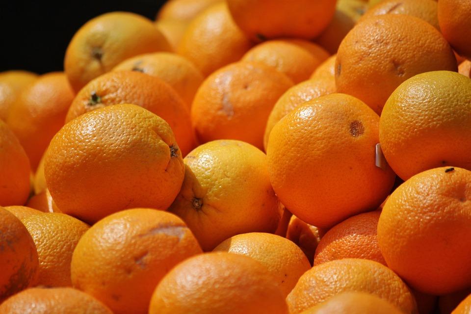 Украинцы чемоданами везут в Крым бананы и апельсины
