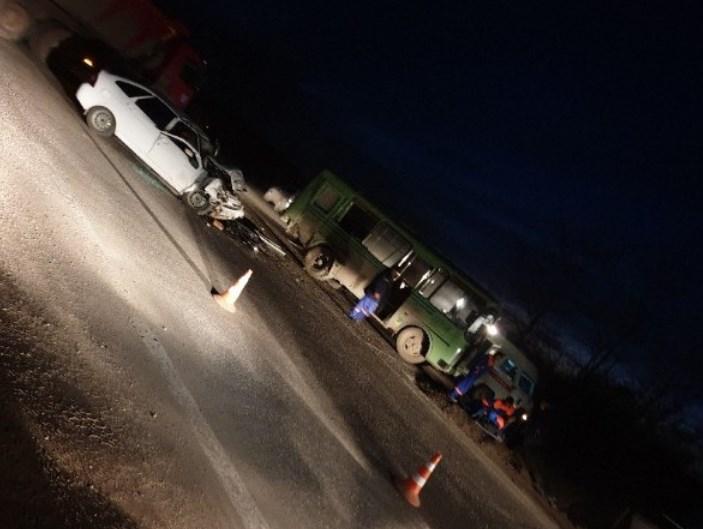 Под Симферополем столкнулись автобус и легковушка