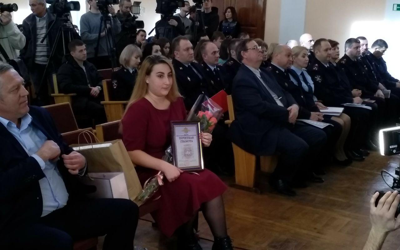 Глава крымского МВД наградил 21-летнюю девушку, поймавшую грабителя