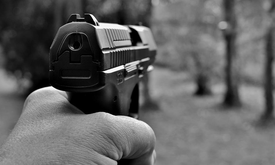 Ехавший по тротуару российский водитель выстрелил в пешехода и скрылся