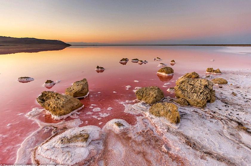 Розовое озеро в Крыму возглавило рейтинг познавательных маршрутов России