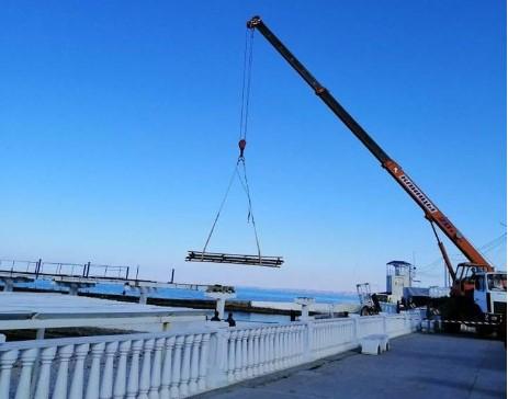 На пляжах Севастополя демонтируют навесы с пирсов