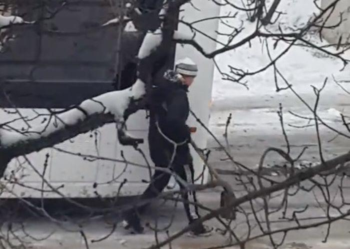 Севастопольские школьники помогли троллейбусу заехать на обледенелый подъем