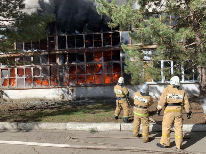Тушили около пяти часов: как ликвидировали крупный пожар на заводе пластмасс в Симферополе