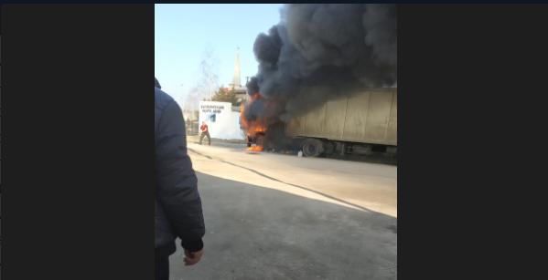 «Выгорела дотла»: на крымской трассе полыхала фура