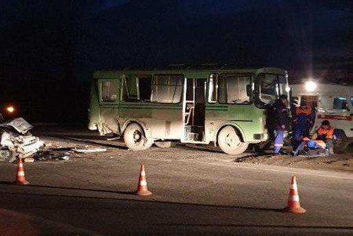 Есть пострадавшие: в МВД рассказали подробности ночного ДТП с автобусом и легковушкой