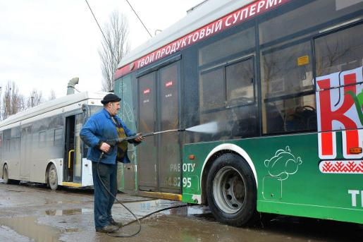 В Крымтроллейбусе рассказали, почему на маршруты выходят грязные троллейбусы