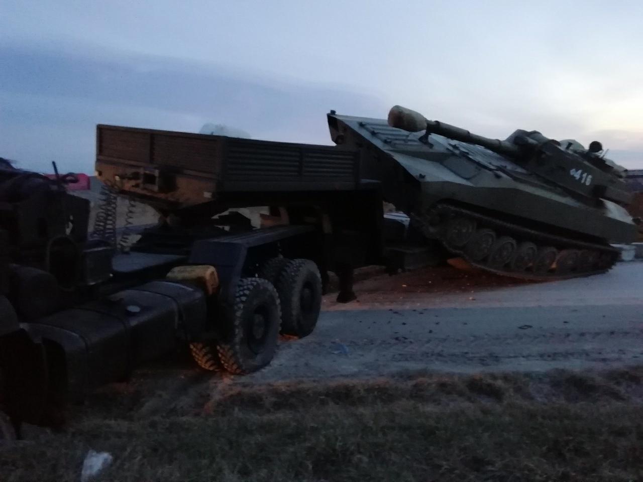 Танк, легковушка и военный грузовик: на Крымской трассе произошло смертельное ДТП