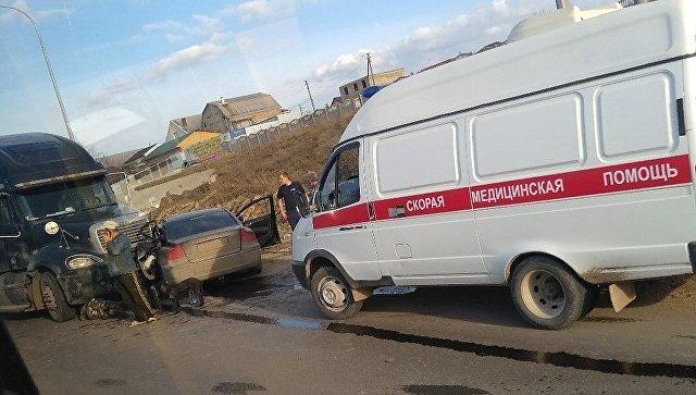 «Водителя увезли на скорой»: в Крыму фура смяла легковушку