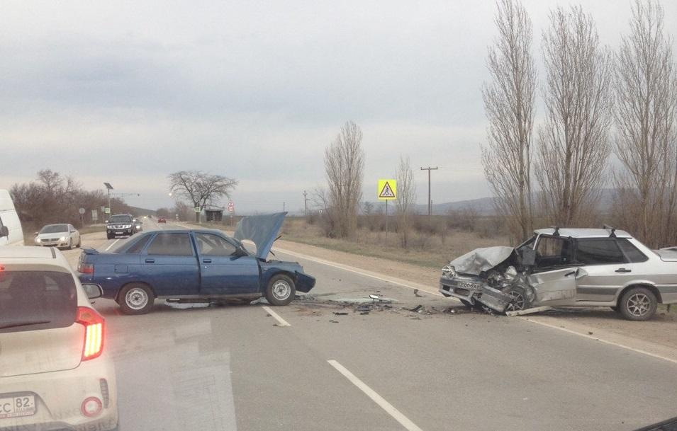 На крымской трассе столкнулись две легковушки