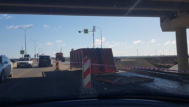 В Крыму КамАЗ «зацепился» за мост и потерял кузов
