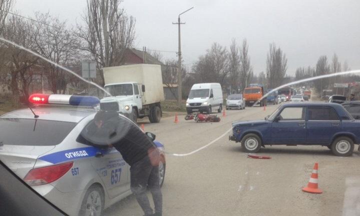 Опасный маневр: в Крыму столкнулись легковушка и мотоцикл