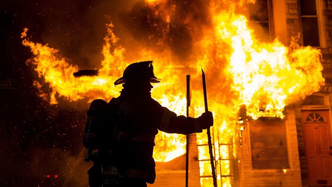 В Севастополе полтора часа тушили пожар в трехэтажном доме