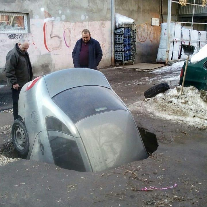 В Самаре авто с пассажиром провалилось под землю