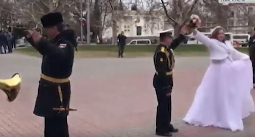 Военный оркестр в Севастополе сделал подарок для молодожёнов