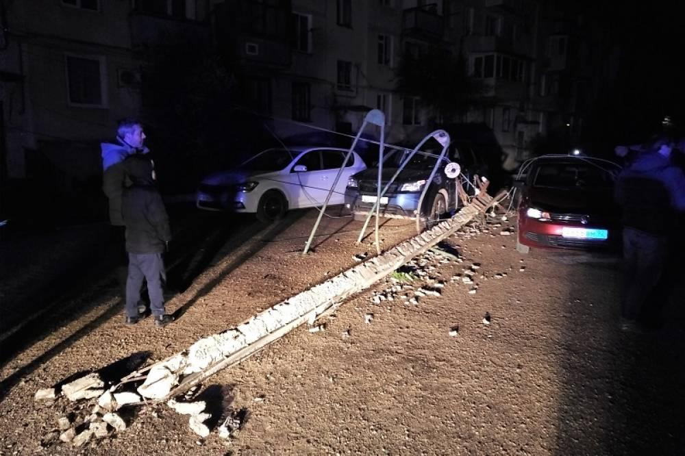 В Балаклаве на провода упал аварийный столб и обесточил несколько домов