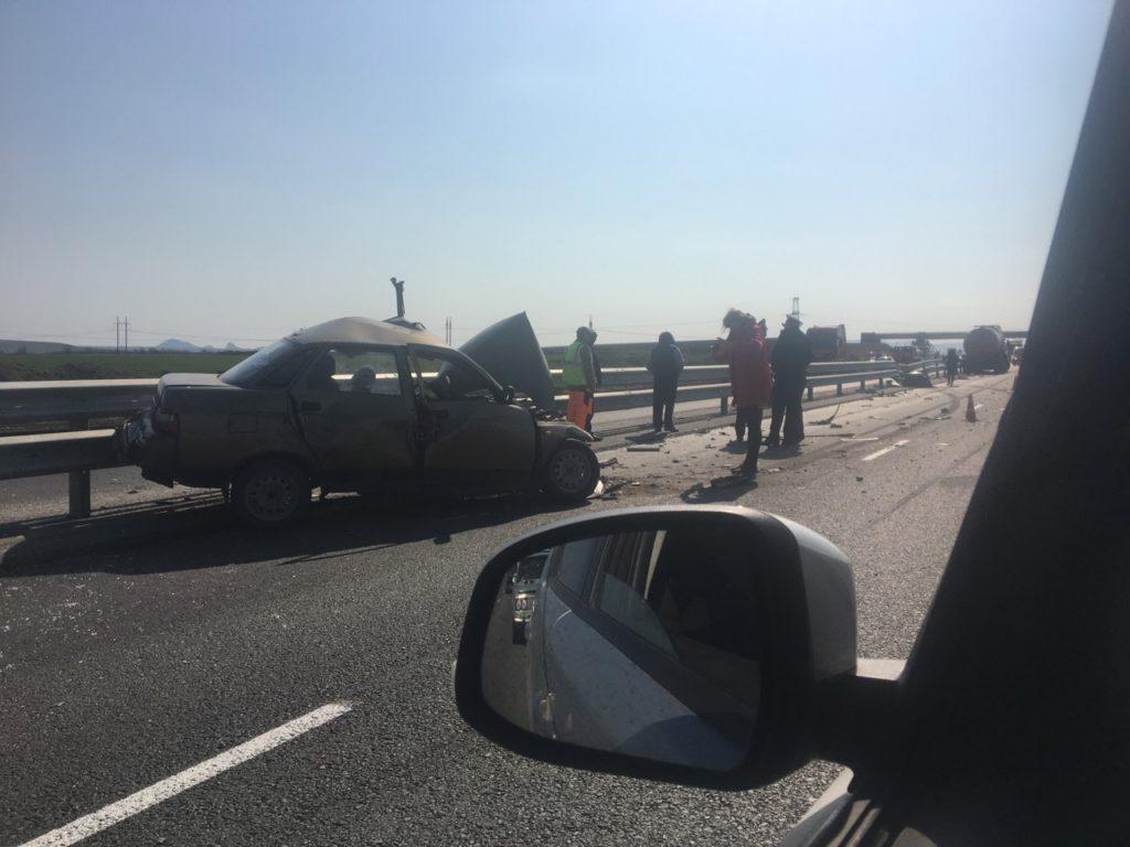 ГИБДД: при столкновении ВАЗа с грузовиком в Крыму погибла женщина