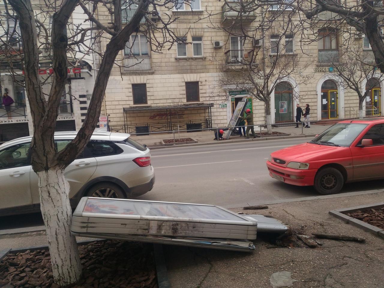 В центре Севастополя массовый снос рекламных конструкций
