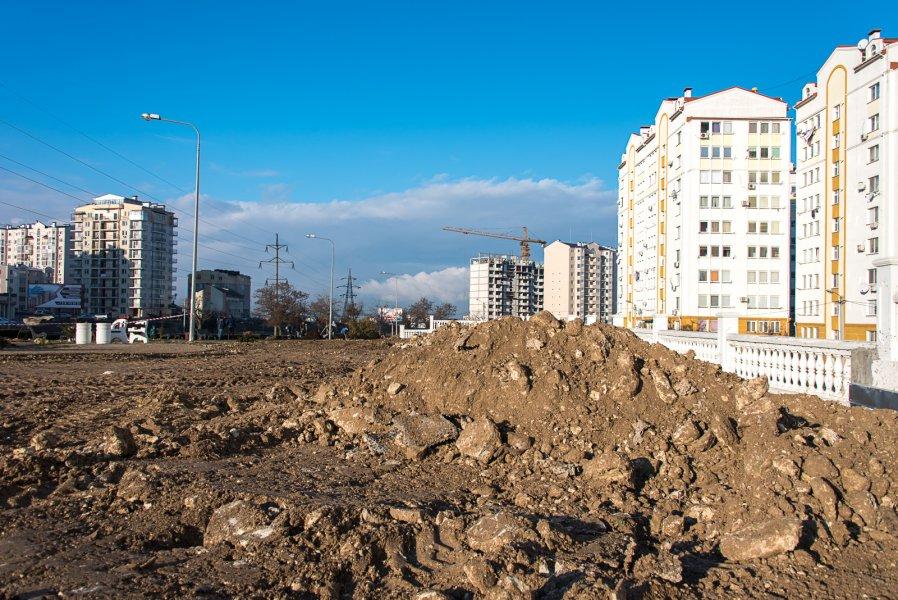 Стало известно, когда в Севастополе восстановят уничтоженный строителями сквер