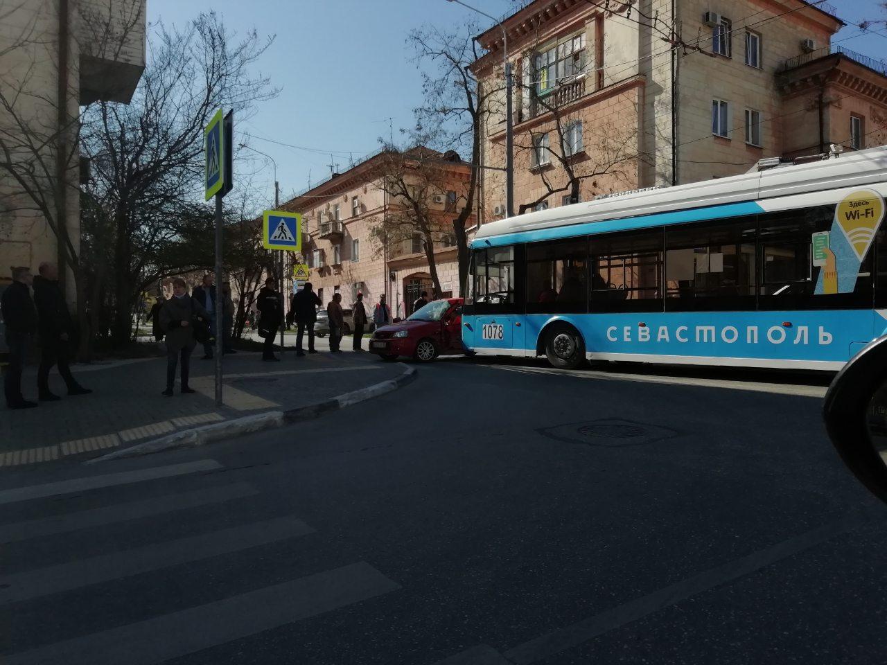 В Севастополе из-за ДТП с участием троллейбуса заблокирована улица