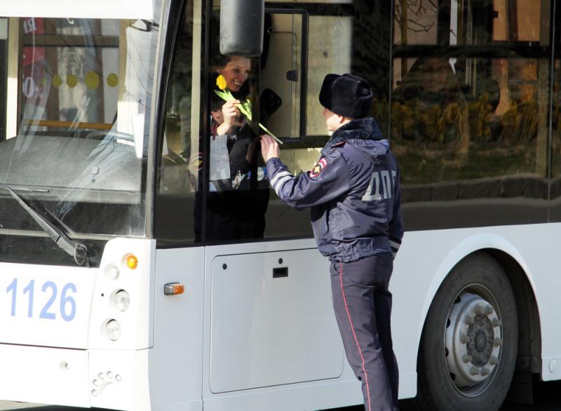 Севастопольские автоледи получили цветы от сотрудников ГИБДД