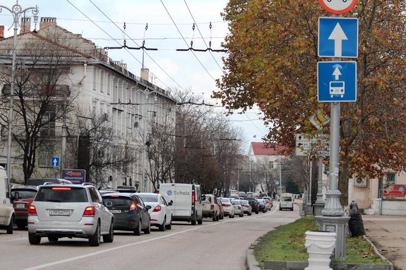 В Севастополе женщина с ребенком на ходу выпали из маршрутки