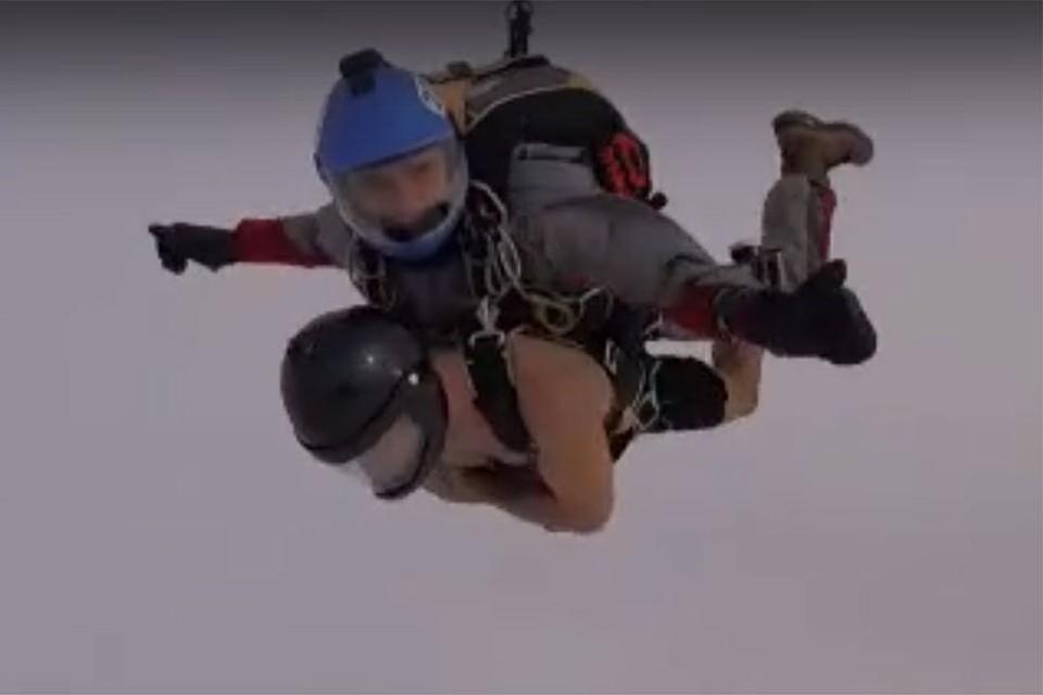 Рекорд: россиянин в шортах прыгнул с парашютом в 30-градусный мороз