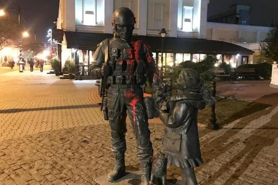 Решил прославиться: обливший краской памятник «Вежливым людям» украинец сам просится в колонию