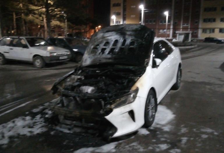 Очевидец опубликовал видео ночного пожара в автомобилях