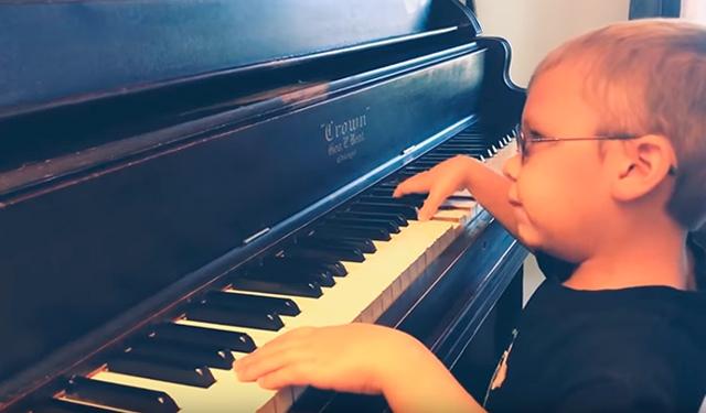 Полуслепой 6-летний пианист покорил Сеть кавером на «Богемскую рапсодию»