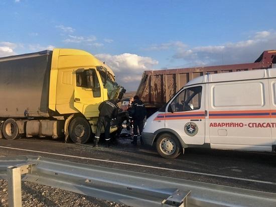 Столкновение грузовиков на «Тавриде»: пострадавшего зажало в авто
