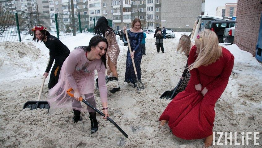 Россиянки перед 8 марта вышли убирать снег в вечерних платьях