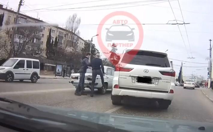 Драка на дороге: в Севастополе водитель «получил» за то, что не пропустил Lexus